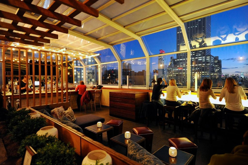 O bar com terraço Top of the Strand Bar